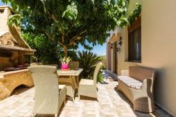 Обеденная зона. Греция, Аделе : Прекрасная вилла с бассейном и двориком с барбекю, 4 спальни, 3 ванные комнаты, парковка, Wi-Fi