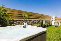 Территория. Греция, Ретимно : Современная вилла в 50 метрах от пляжа с бассейном и джакузи, 2 спальни, барбекю, парковка, Wi-Fi