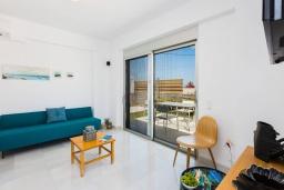Гостиная. Греция, Ретимно : Современная вилла в 50 метрах от пляжа с бассейном и джакузи, 2 спальни, барбекю, парковка, Wi-Fi