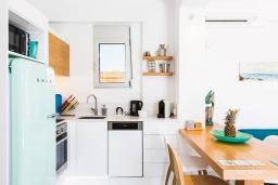Кухня. Греция, Ретимно : Современная вилла в 50 метрах от пляжа с бассейном и джакузи, 2 спальни, барбекю, парковка, Wi-Fi