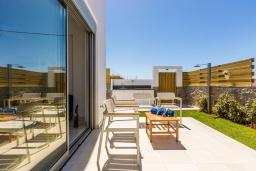 Зона отдыха у бассейна. Греция, Ретимно : Современная вилла в 50 метрах от пляжа с бассейном и джакузи, 2 спальни, барбекю, парковка, Wi-Fi