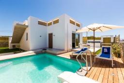 Фасад дома. Греция, Ретимно : Современная вилла в 50 метрах от пляжа с бассейном и джакузи, 2 спальни, барбекю, парковка, Wi-Fi