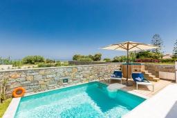 Бассейн. Греция, Ретимно : Современная вилла в 50 метрах от пляжа с бассейном и джакузи, 2 спальни, барбекю, парковка, Wi-Fi