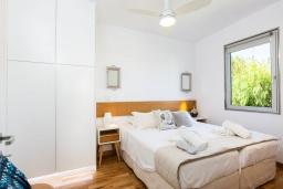 Спальня. Греция, Ретимно : Современная вилла в 50 метрах от пляжа с бассейном и джакузи, 3 спальни, 2 ванные комнаты, барбекю, парковка, Wi-Fi