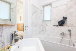 Ванная комната. Греция, Ретимно : Современная вилла в 50 метрах от пляжа с бассейном и джакузи, 3 спальни, 2 ванные комнаты, барбекю, парковка, Wi-Fi