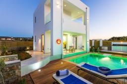 Фасад дома. Греция, Ретимно : Современная вилла в 50 метрах от пляжа с бассейном и джакузи, 3 спальни, 2 ванные комнаты, барбекю, парковка, Wi-Fi