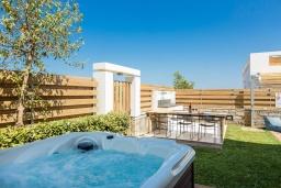 Территория. Греция, Ретимно : Современная вилла в 50 метрах от пляжа с бассейном и джакузи, 3 спальни, 2 ванные комнаты, барбекю, парковка, Wi-Fi