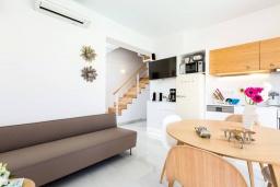 Гостиная. Греция, Ретимно : Современная вилла в 50 метрах от пляжа с бассейном и джакузи, 3 спальни, 2 ванные комнаты, барбекю, парковка, Wi-Fi