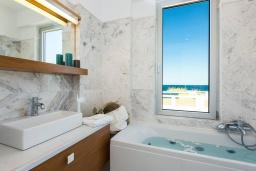 Ванная комната. Греция, Ретимно : Современная вилла в 50 метрах от пляжа с бассейном и джакузи, 2 спальни, 2 ванные комнаты, барбекю, парковка, Wi-Fi