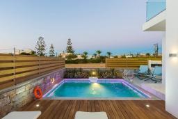 Бассейн. Греция, Ретимно : Современная вилла в 50 метрах от пляжа с бассейном и джакузи, 2 спальни, 2 ванные комнаты, барбекю, парковка, Wi-Fi