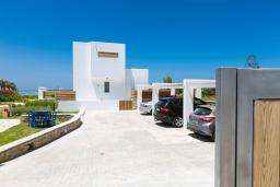Парковка. Греция, Ретимно : Комплекс из 4-х вилл в 50 метрах от пляжа, 4 бассейна, 4 гостиные, 9 спален, 6 ванных комнат, джакузи, детская площадка, приватный пляж, парковка, Wi-Fi