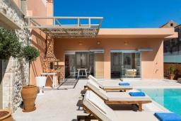 Зона отдыха у бассейна. Греция, Аделе : Роскошная вилла с бассейном и двориком с барбекю, 5 спален, 5 ванных комнат, Wi-Fi