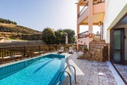Бассейн. Греция, Панормо : Прекрасная вилла в 40 метрах от пляжа с бассейном, зеленым двориком, барбекю и детской площадкой, 5 спален, 4 ванные комнаты, парковка, Wi-Fi