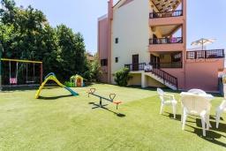 Детская площадка. Греция, Панормо : Прекрасная вилла в 40 метрах от пляжа с бассейном, зеленым двориком, барбекю и детской площадкой, 5 спален, 4 ванные комнаты, парковка, Wi-Fi