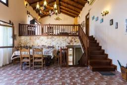 Гостиная. Греция, Панормо : Прекрасная вилла в 40 метрах от пляжа с бассейном, зеленым двориком, барбекю и детской площадкой, 5 спален, 4 ванные комнаты, парковка, Wi-Fi