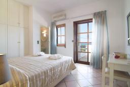 Спальня. Греция, Аделе : Уютная вилла с бассейном и двориком с барбекю, 6 спален, 2 ванные комнаты, парковка, Wi-Fi