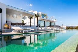 Фасад дома. Греция, Аделе : Роскошная вилла с большим бассейном, зеленой территорией и видом на море, 8 спален, 8 ванных комнат, барбекю, парковка, Wi-Fi