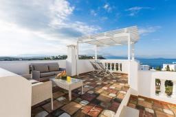 Патио. Греция,  Ханья : Прекрасная вилла с бассейном и видом на море, 4 спальни, 3 ванные комнаты, барбекю, парковка, Wi-Fi