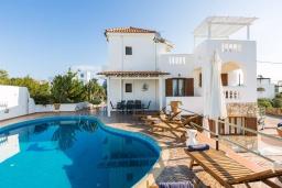 Фасад дома. Греция,  Ханья : Прекрасная вилла с бассейном и видом на море, 4 спальни, 3 ванные комнаты, барбекю, парковка, Wi-Fi