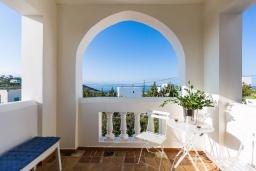 Балкон. Греция,  Ханья : Прекрасная вилла с бассейном и видом на море, 4 спальни, 3 ванные комнаты, барбекю, парковка, Wi-Fi