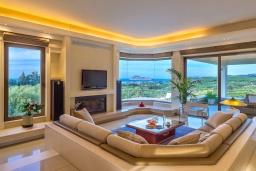 Гостиная. Греция, Малеме : Роскошная вилла с бассейном и зеленым двориком с барбекю, 6 спален, 6 ванных комнат, джакузи, парковка, Wi-Fi