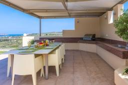 Обеденная зона. Греция, Малеме : Роскошная вилла с бассейном и зеленым двориком с барбекю, 6 спален, 6 ванных комнат, джакузи, парковка, Wi-Fi