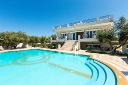 Фасад дома. Греция, Скалета : Роскошная вилла с большим бассейном и зеленым двориком с барбекю, 5 спален, 2 ванные комнаты, джакузи, детская площадка, парковка, Wi-Fi