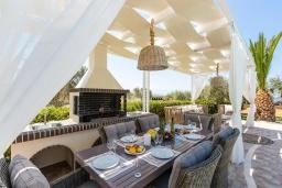 Обеденная зона. Греция, Скалета : Роскошная вилла с большим бассейном и зеленым двориком с барбекю, 5 спален, 2 ванные комнаты, джакузи, детская площадка, парковка, Wi-Fi