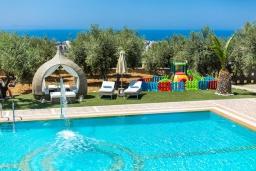 Бассейн. Греция, Скалета : Роскошная вилла с большим бассейном и зеленым двориком с барбекю, 5 спален, 2 ванные комнаты, джакузи, детская площадка, парковка, Wi-Fi