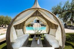 Патио. Греция, Скалета : Роскошная вилла с большим бассейном и зеленым двориком с барбекю, 5 спален, 2 ванные комнаты, джакузи, детская площадка, парковка, Wi-Fi