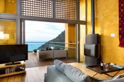 Гостиная. Греция, Киссамос Кастели : Роскошная вилла с бассейном, джакузи и шикарным видом на море, 2 спальни, 3 ванные комнаты, сауна, барбекю, парковка, Wi-Fi