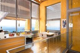 Кухня. Греция, Киссамос Кастели : Роскошная вилла с бассейном, джакузи и шикарным видом на море, 2 спальни, 3 ванные комнаты, сауна, барбекю, парковка, Wi-Fi