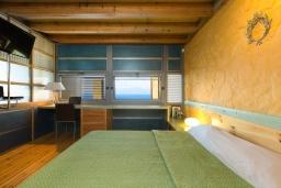 Спальня. Греция, Киссамос Кастели : Роскошная вилла с бассейном, джакузи и шикарным видом на море, 2 спальни, 3 ванные комнаты, сауна, барбекю, парковка, Wi-Fi