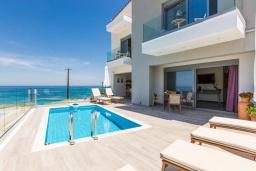 Фасад дома. Греция, Панормо : Роскошная вилла в 20 метрах от пляжа с бассейном и шикарным видом на море, 4 спальни, 4 ванные комнаты, парковка, Wi-Fi