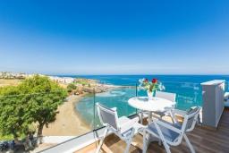 Балкон. Греция, Панормо : Роскошная вилла в 20 метрах от пляжа с бассейном и шикарным видом на море, 4 спальни, 4 ванные комнаты, парковка, Wi-Fi