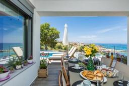 Обеденная зона. Греция, Панормо : Роскошная вилла в 20 метрах от пляжа с бассейном и шикарным видом на море, 4 спальни, 4 ванные комнаты, парковка, Wi-Fi