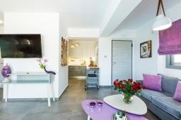 Гостиная. Греция, Панормо : Роскошная вилла в 20 метрах от пляжа с бассейном и шикарным видом на море, 4 спальни, 4 ванные комнаты, парковка, Wi-Fi