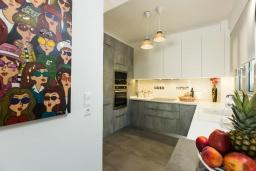 Кухня. Греция, Панормо : Роскошная вилла в 20 метрах от пляжа с бассейном и шикарным видом на море, 4 спальни, 4 ванные комнаты, парковка, Wi-Fi