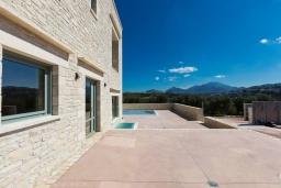 Территория. Греция, Панормо : Прекрасная вилла с бассейном и двориком с барбекю, 2 спальни, 2 ванные комнаты, парковка, Wi-Fi