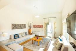 Гостиная. Греция, Панормо : Прекрасная вилла с бассейном и двориком с барбекю, 2 спальни, 2 ванные комнаты, парковка, Wi-Fi