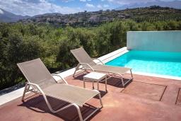 Зона отдыха у бассейна. Греция, Панормо : Прекрасная вилла с бассейном и двориком с барбекю, 2 спальни, 2 ванные комнаты, парковка, Wi-Fi