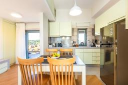 Кухня. Греция, Панормо : Прекрасная вилла с бассейном и двориком с барбекю, 2 спальни, 2 ванные комнаты, парковка, Wi-Fi