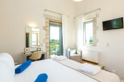 Спальня. Греция, Панормо : Прекрасная вилла с бассейном и двориком с барбекю, 2 спальни, 2 ванные комнаты, парковка, Wi-Fi