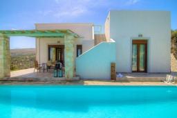 Фасад дома. Греция, Аделе : Уютная вилла с бассейном и двориком с барбекю, 3 спальни, 2 ванные комнаты, парковка, Wi-Fi