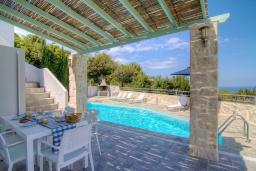 Зона отдыха у бассейна. Греция, Аделе : Уютная вилла с бассейном и двориком с барбекю, 3 спальни, 2 ванные комнаты, парковка, Wi-Fi