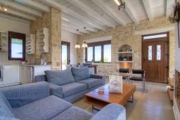 Гостиная. Греция, Аделе : Уютная вилла с бассейном и двориком с барбекю, 3 спальни, 2 ванные комнаты, парковка, Wi-Fi