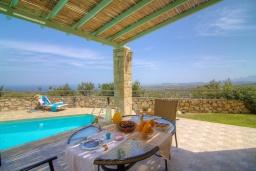Обеденная зона. Греция, Аделе : Уютная вилла с бассейном и двориком с барбекю, 3 спальни, 2 ванные комнаты, парковка, Wi-Fi