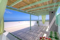 Терраса. Греция, Аделе : Уютная вилла с бассейном и двориком с барбекю, 3 спальни, 2 ванные комнаты, парковка, Wi-Fi