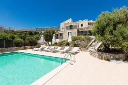 Фасад дома. Греция, Плакиас : Роскошная вилла с бассейном и видом на море, 5 спален, 3 ванные комнаты, барбекю, парковка, Wi-Fi