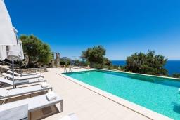 Бассейн. Греция, Плакиас : Роскошная вилла с бассейном и видом на море, 5 спален, 3 ванные комнаты, барбекю, парковка, Wi-Fi